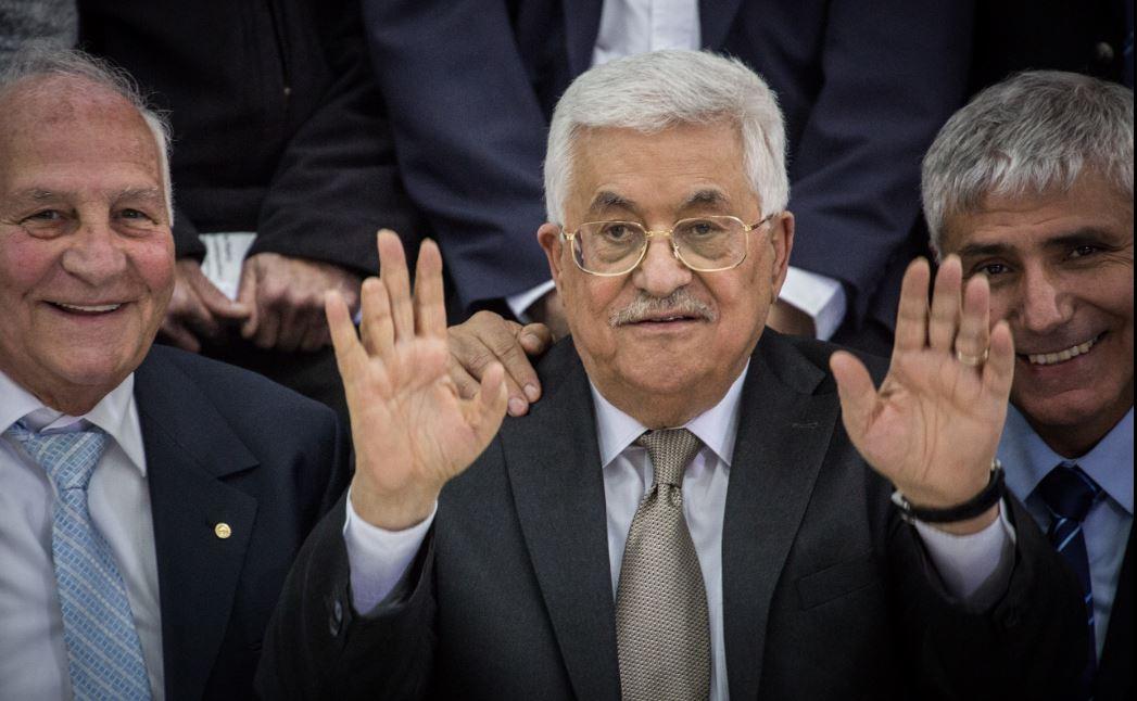 صورة محمود عباس ينفي مزاعم تتهمه بحيازة أي كمّية مهما كانت ضئيلة من الكرامة